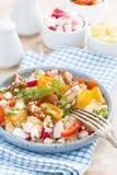 Comida sana - ensalada con las verduras frescas y el requesón imagen de archivo