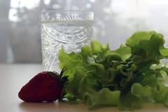 Comida sana, ensalada de cristal y siguiente y fresas imágenes de archivo libres de regalías