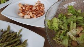 Comida sana, ensalada hecha en casa unstaged con la secuencia de color salmón, verde y las habas marrones, dieta baja del carbura metrajes