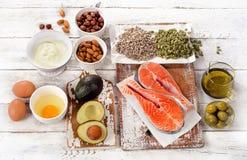 Comida sana: Las mejores fuentes de buenas grasas en un backg de madera blanco Fotografía de archivo