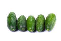 Comida sana. Los pepinos verdes aislados en el fondo blanco Fotografía de archivo