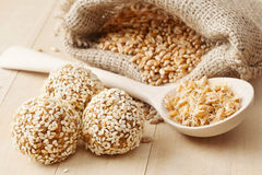 Comida sana macrobiótica: bolas del trigo de tierra  Fotos de archivo libres de regalías