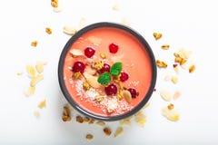 Comida sana por el color del cuenco coralino de vida del desayuno del yogur 2019 con el coco, la almendra, las semillas de lino,  imagen de archivo