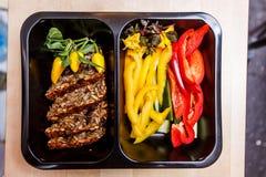 Comida sana y concepto de la dieta, entrega del plato del restaurante Llévese de comida de la aptitud Fotos de archivo libres de regalías
