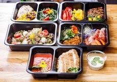 Comida sana y concepto de la dieta, entrega del plato del restaurante Llévese de comida de la aptitud Fotografía de archivo libre de regalías