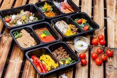 Comida sana y concepto de la dieta, entrega del plato del restaurante Llévese de comida de la aptitud fotografía de archivo