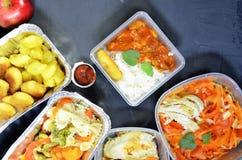 Comida sana y concepto de la dieta, entrega del plato del restaurante Ll?vese de comida de la aptitud Nutrici?n de la p?rdida de  imagenes de archivo