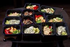 Comida sana y concepto de la dieta, plato delivery-2 del restaurante imagen de archivo