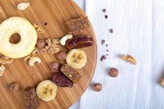 Comida sana y concepto enérgico de la forma de vida con las nueces y la fruta Foto de archivo