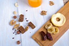 Comida sana y concepto enérgico de la forma de vida con las nueces y la fruta Imagen de archivo