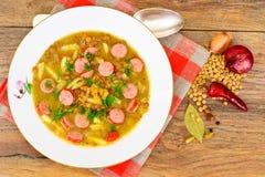 Comida sana y de la dieta: Sopa con las lentejas, el apio y la salchicha Fotos de archivo
