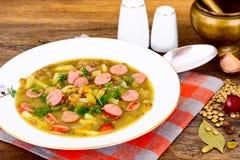 Comida sana y de la dieta: Sopa con las lentejas y la salchicha Imagenes de archivo