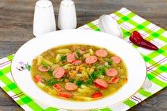 Comida sana y de la dieta: Sopa con las lentejas y la salchicha Foto de archivo libre de regalías