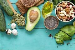 Comida sana y de la nutrición - semillas del aguacate, del chia y de lino imagenes de archivo