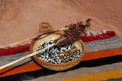 Comida secada en cesta en la manta nativa Foto de archivo