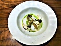 Comida, setas y salsa deliciosas del vegano del cocinero Xavi Pellicer fotografía de archivo