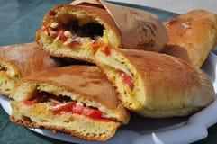 Comida siciliana de la calle: cunzato del cristal Tomate, bocadillo del pecorino imagen de archivo