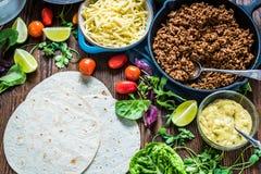 Comida simple de la calle de la calle mexicana, tortillas con carne de vaca Fotografía de archivo libre de regalías