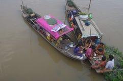 Comida social en el delta del Mekong fotos de archivo