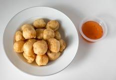 Comida tailandesa, bolas de camarón fritas en un fondo blanco Fotos de archivo libres de regalías