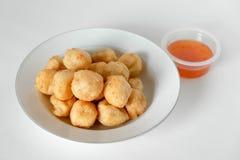 Comida tailandesa, bolas de camarón fritas en un fondo blanco Fotografía de archivo libre de regalías