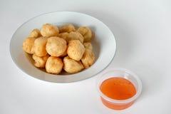 Comida tailandesa, bolas de camarón fritas en un fondo blanco Fotos de archivo