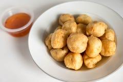 Comida tailandesa, bolas de camarón fritas en un fondo blanco Imagen de archivo