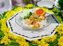 Comida tailandesa, camarón en los tallarines y verduras. Fotografía de archivo