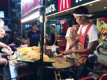 Comida tailandesa de la calle, Bangkok, iphone Imagen de archivo libre de regalías