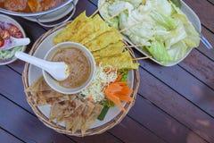 Comida tailandesa de la cocina en la tabla Foto de archivo libre de regalías
