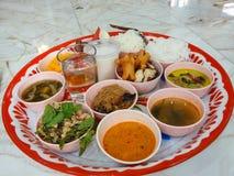 Comida tailandesa diaria de la cocina en placa Fotos de archivo libres de regalías