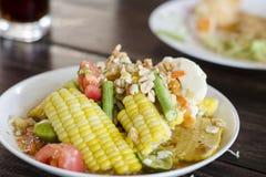 Comida tailandesa, ensalada de maíz con salado foto de archivo