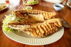 Comida tailandesa, Fried Fish profundo con los pescados Sauc Imágenes de archivo libres de regalías