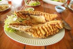 Comida tailandesa, Fried Fish profundo con los pescados Sauc, foco selectivo Imágenes de archivo libres de regalías