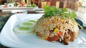 Comida tailandesa: Fried Rice con la salchicha china Fotografía de archivo