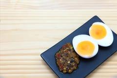 Comida tailandesa, goma del chile con el huevo hervido en la placa negra del rectángulo, Foto de archivo