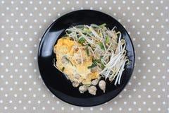 Comida tailandesa, huevo frito y ostra con los brotes de haba y el chalote como Foto de archivo