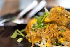 Comida tailandesa, mejillón frito con el huevo y brotes de haba en placa Fotografía de archivo