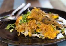 Comida tailandesa, mejillón frito con el huevo y brotes de haba en placa en el wo Imagenes de archivo