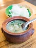 Comida tailandesa, tallarines de arroz con curry imagenes de archivo