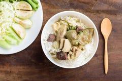 Comida tailandesa, tallarines de arroz con el pollo verde del curry Foto de archivo libre de regalías