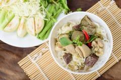 Comida tailandesa, tallarines de arroz con el pollo verde del curry Fotos de archivo
