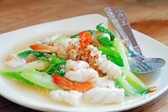 Comida tailandesa, tallarines en salsa gruesa con los mariscos, Rad Na Ta Lay Imagen de archivo