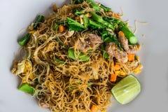 Comida tailandesa; Tallarines finos encendidos con la salsa de soja Foto de archivo libre de regalías