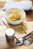 Comida tailandesa: Tallarines fritos en salsa Fotos de archivo libres de regalías