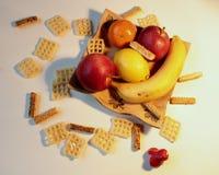 Comida - todavía vida - fruta dispuesta en una placa de cerámica decorativa con los palillos de la sal Imagen de archivo