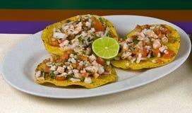 Comida, tostadas del camarón y vehículos mexicanos Imagen de archivo libre de regalías