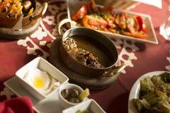 Comida tradicional árabe en el golfo Oriente Medio Imágenes de archivo libres de regalías