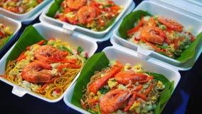 Comida tradicional Asia, mercado de la calle de la comida de la noche almacen de metraje de vídeo