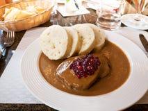 Comida tradicional checa - bolas de masa hervida con Souce Foto de archivo libre de regalías